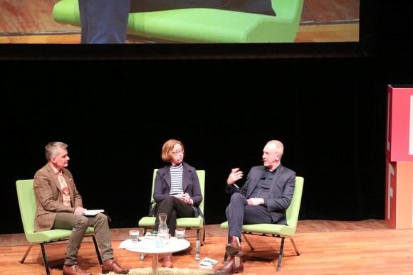 Pekka Heino, Aase Berg och Niklas Wahllöf samtalar om Glädjehuset Sverige.