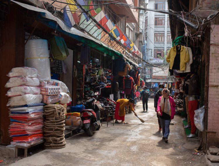 Stradă din Kathmandu, magazin cu marfă expusă afară