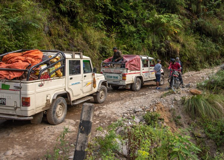 Jepp-uri așteptând la rând pe drumul spre Chame