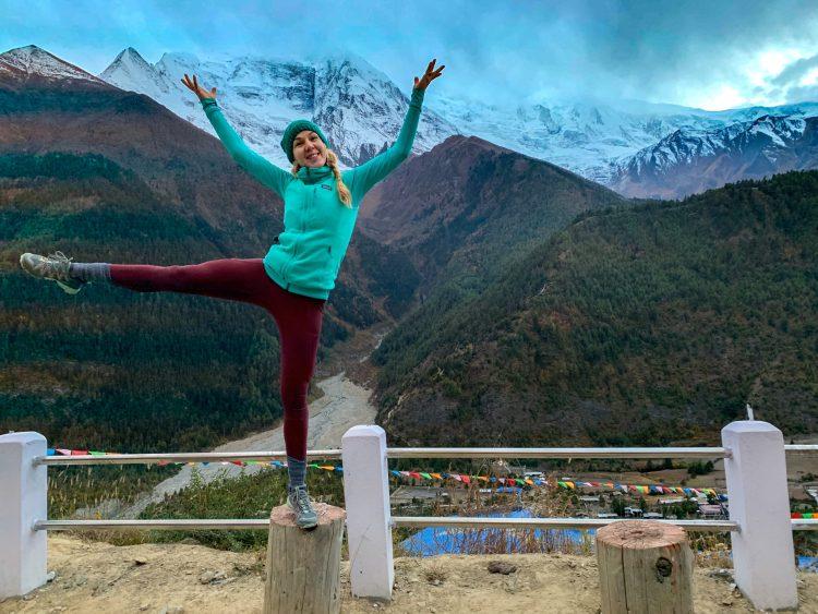 Ale, pozând în cumpănă în fața vârfului Annapurna II
