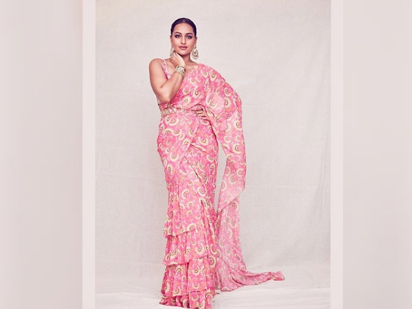 Sonakshi Sinha In A Printed Pink Belted Saree