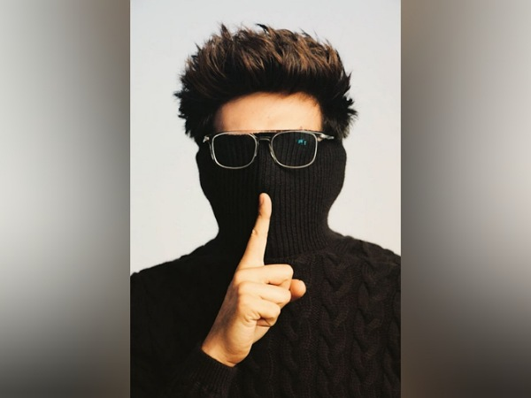 Kartik Aaryan's Stylish Look In Mask