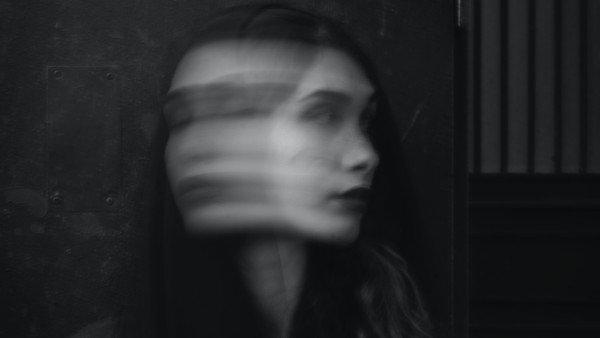 डिमेंशिया के 10 शुरुआती लक्षण जिन्हें आपको नज़रअंदाज़ नहीं करना चाहिए