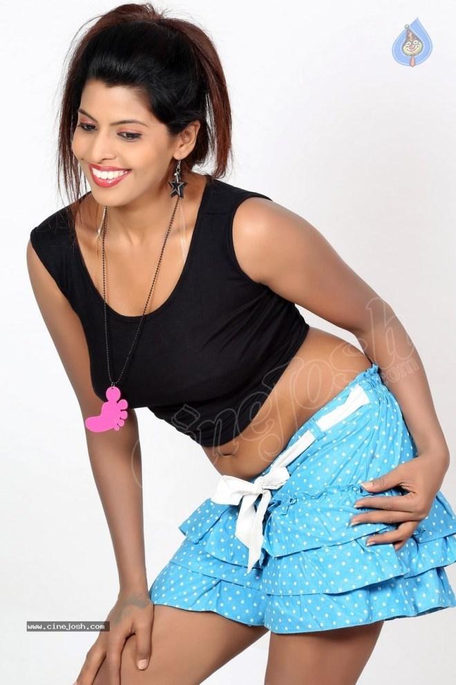 big boobs Manisha Pillai navel show