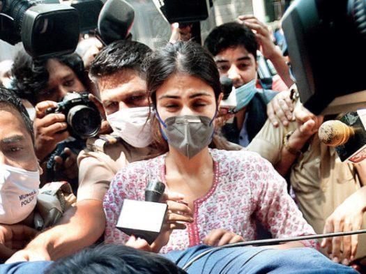 "Moeder Bollywood actrice Rhea Chakraborty: ""Mijn gezin is kapot gemaakt"""