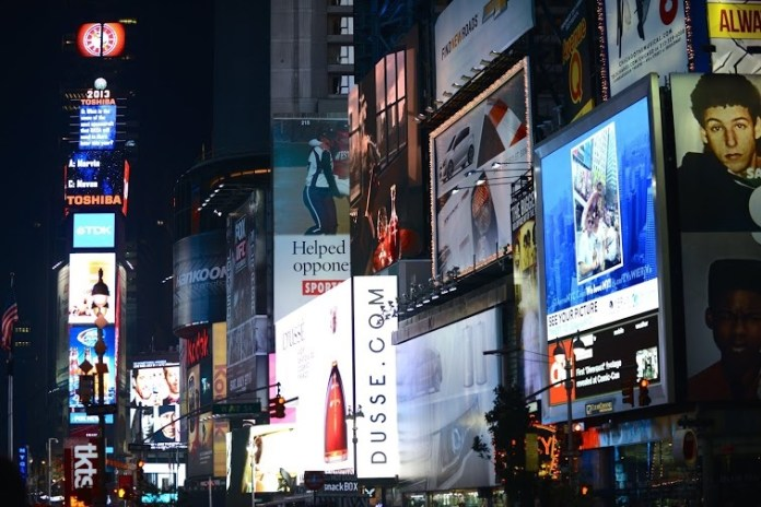 Luzes noturnas no centro de Nova Iorque
