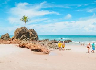 Turistas na Praia de Tambaba, João Pessoa.