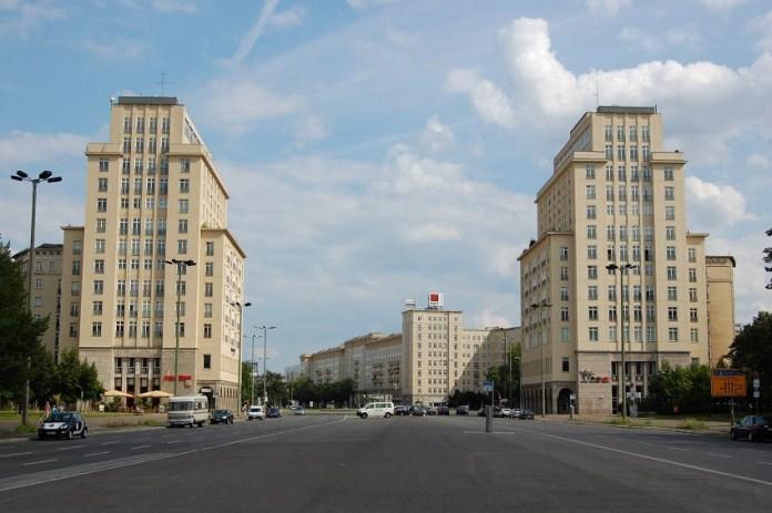 Prédio de arquitetura socialista na Karl-Marx-Allee em Berlim