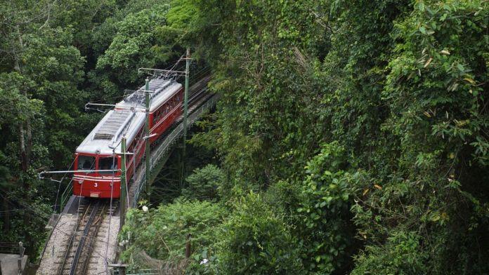 Trem no morro do Corcovado, Rio de Janeiro