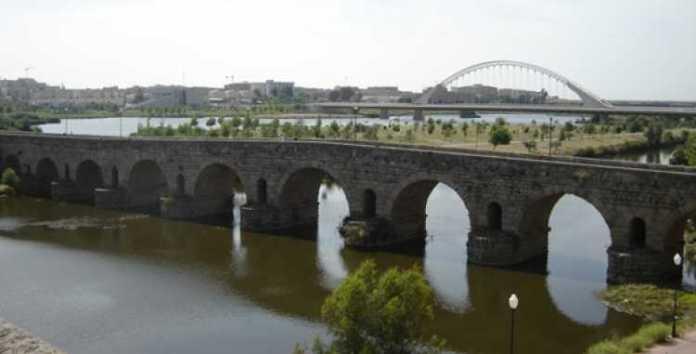 Encontro entre passado e presente: Puento Romano e a Puente Lusitania