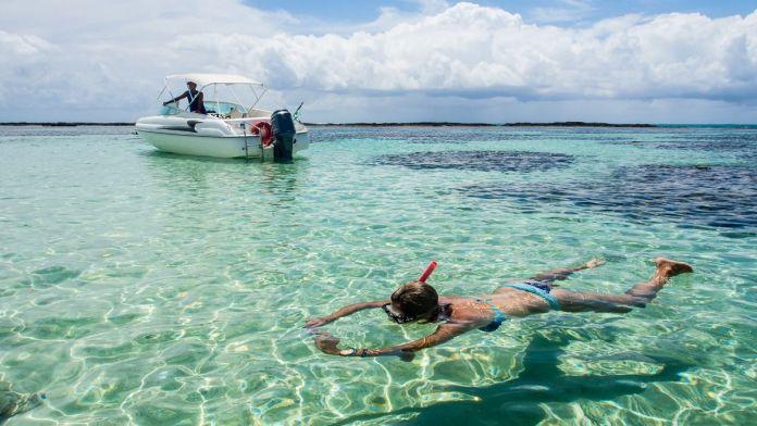 Mergulho nas águas cristalinas das piscinas naturais em Maragogi.