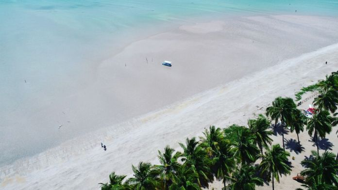 Praia paradisíaca com água azul turquesa em Maragogi.