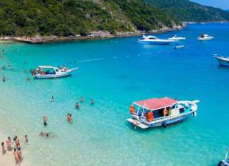 Arraial do Cabo é um dos destinos com águas absolutamente claras para você conhecer no Brasil