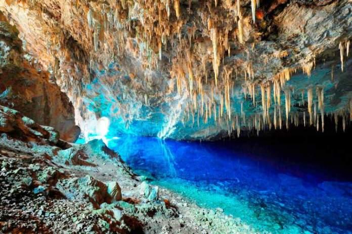 Gruta do Lago Azul em Bonito no Mato Grosso do Sul é um dos destinos com águas absolutamente claras para você conhecer no Brasil