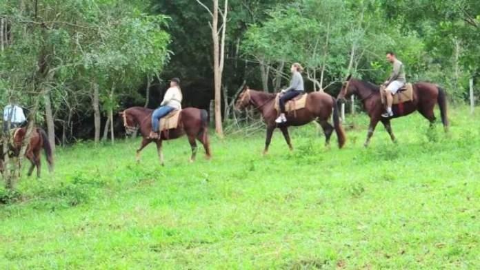 Passeio a cavalo é uma das dicas de o que fazer em Bonito