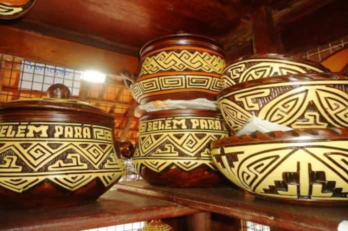 Fazer Compras de artesanato marajoara é uma das opções de o que fazer em Belém