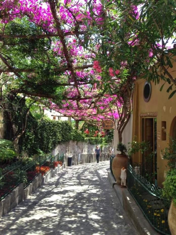 Positano na Itália é um dos lugares que possui as mais belas ruas floridas do mundo