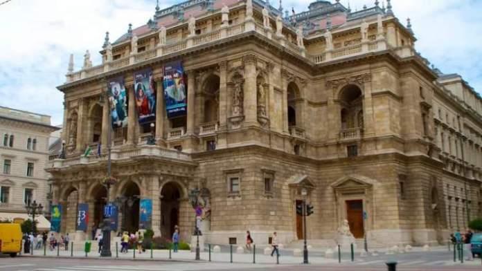 Visitar Ópera Nacional da Hungria é uma das dicas de o que fazer em Budapeste