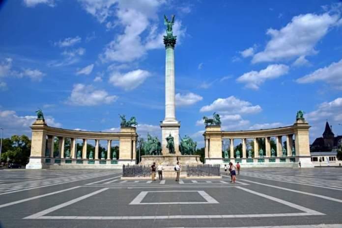 Visitar Praça dos Heróis é uma das dicas de o que fazer em Budapeste