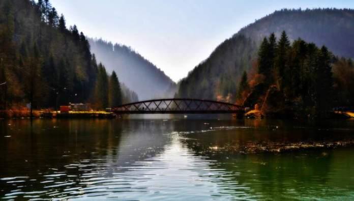 Lago e Ponte de Biaufond é um dos lugares maravilhosos na Suíça