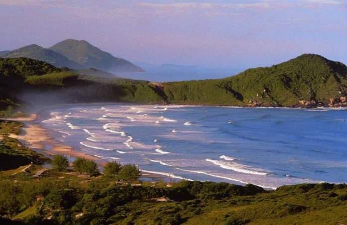 Praia do Rosa é um dos melhores destinos para casais em lua de mel