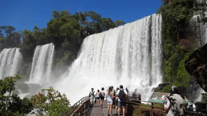 Passarela circuito inferior é um dos pontos turísticos próximos as Cataratas do Iguaçu