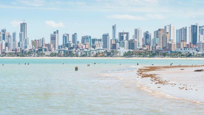 Turistas na praia do Bessa, João Pessoa, Paraíba.