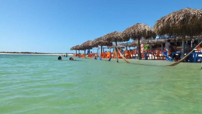 Conhecer a lagoa azul e a lagoa do paraíso é uma das dicas de o que fazer em Jericoacoara