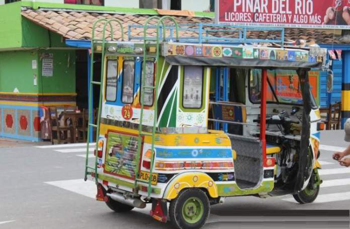 Conhecer os Táxis em formato de Tuk-Tuk é uma das razões para você ficar encantado por Guatapé