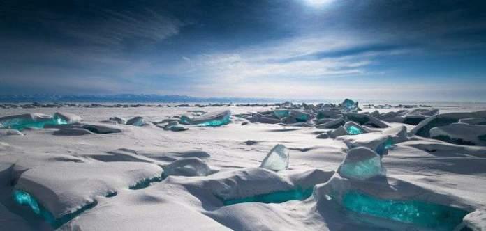 Lago Baikal é um dos lugares impressionantes que ficam ainda melhores no inverno