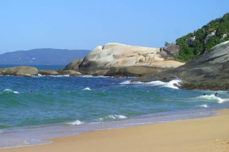 Praia do Estaleirinho é uma das melhores praias de Balneário Camboriú