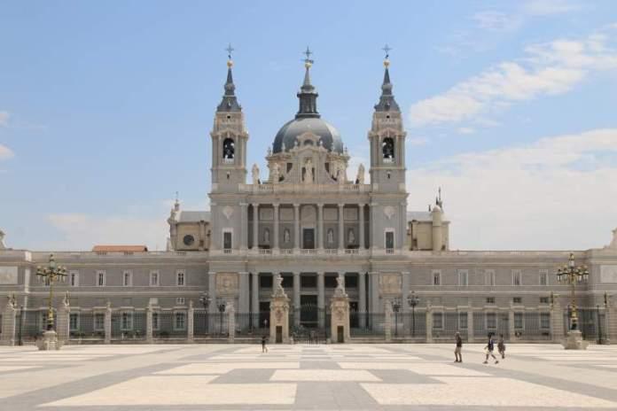 Catedral de la Almudena é uma das Atrações Gratuitas em Madri