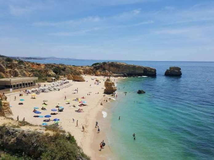 Praia de São Rafael é uma das praias mais lindas de Albufeira em Portugal