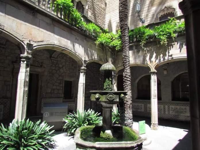 Casa de L`Ardiaca é uma das atrações gratuitas em Barcelona