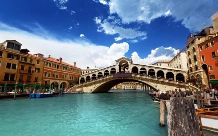 Ponte de Rialto é uma das atrações gratuitas em Veneza