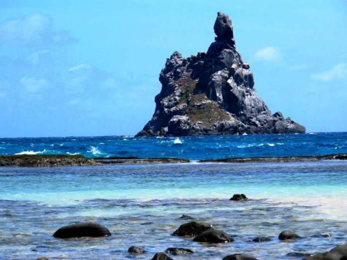 Praia do Atalaia em Fernando de Noronha é um dos lugares com águas cristalinas no Brasil