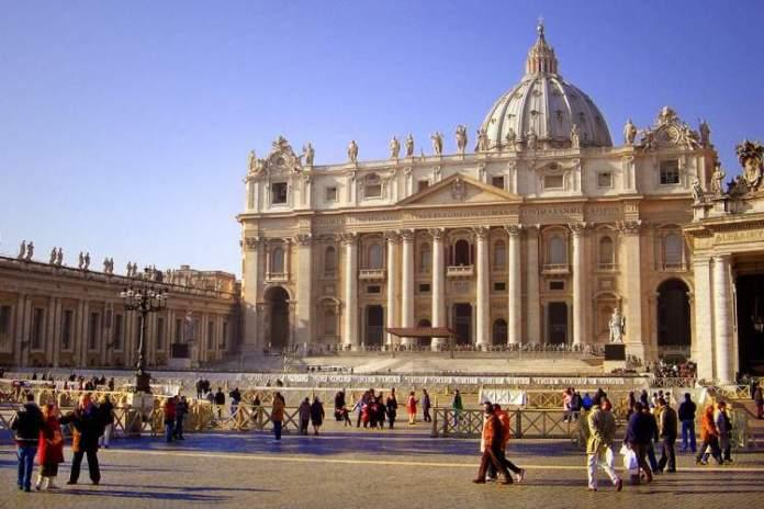 praça e basílica de São Pedro é uma das atrações gratuitas em Roma