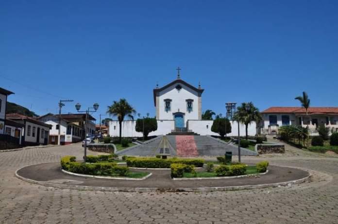 Igreja e Praça da Matriz em Santana dos Montes