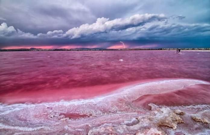 Lago Retba em Senegal é um dos lagos cor de rosa existentes ao redor do planeta