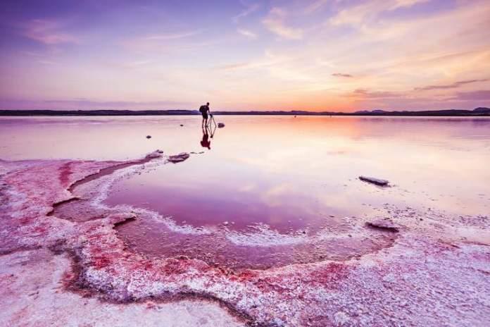 Salina de Torrevieja e La Salina de La Mata na Espanha é um dos lagos cor de rosa existentes ao redor do planeta