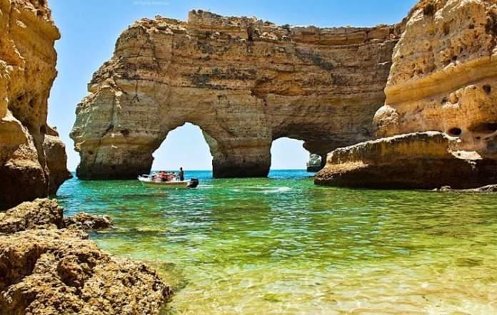 Praia da Marinha é uma das melhores praias do Algarve em Portugal