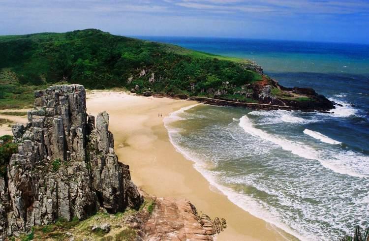 Praia da Guarita em Torres é uma das praias brasileiras que valem a pena visitar