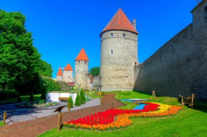 Caminho ao longo das muralhas de Tallinn, Estônia