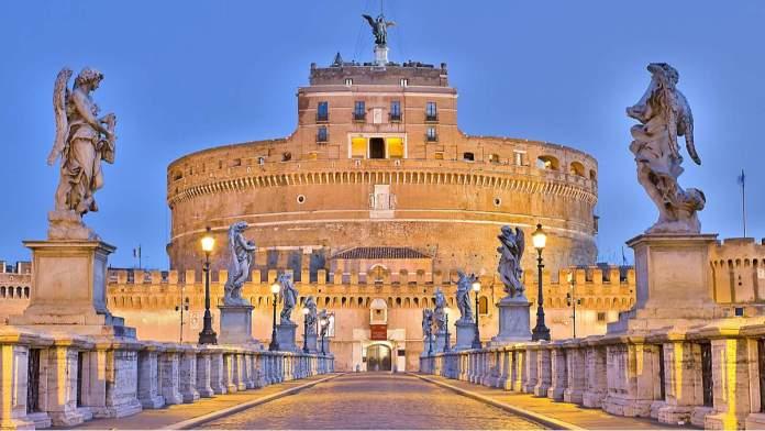 Vista do Castel Sant'angelo à noite, em Roma, Itália