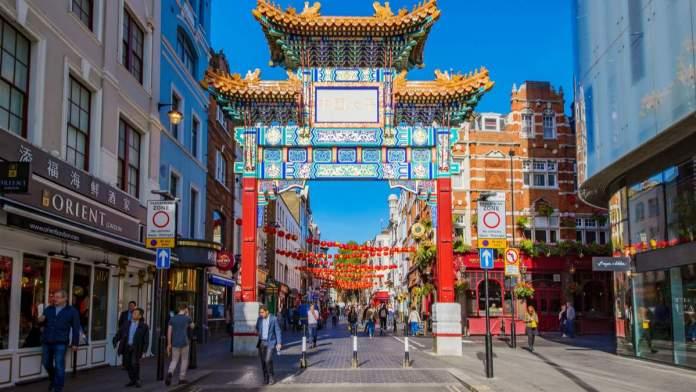 Vista da entrada para a área de Chinatown, um popular destino de viagem em Londres