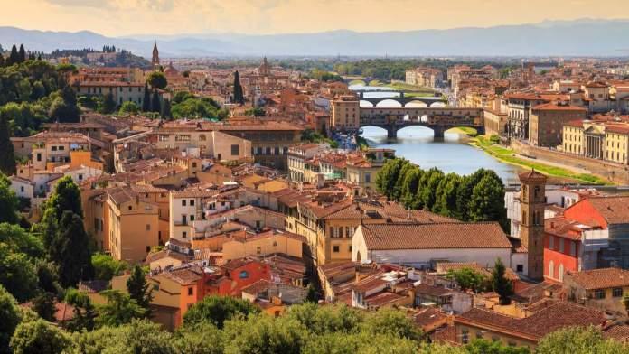 Horizonte da bela paisagem urbana de Florença na Itália, com as pontes sobre o rio Arno.