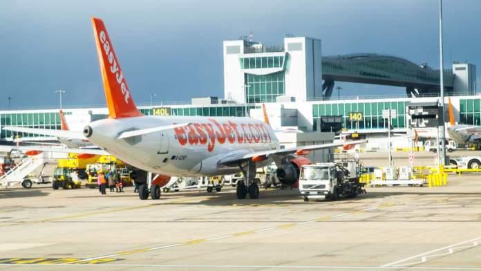 Easy Jet Plane no aeroporto de Gatwick, em Londres - Inglaterra