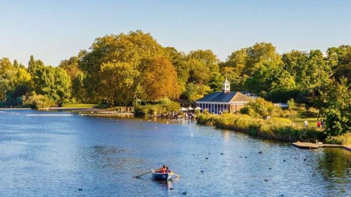 Lago serpentino no Hyde Park, em Londres, Inglaterra.