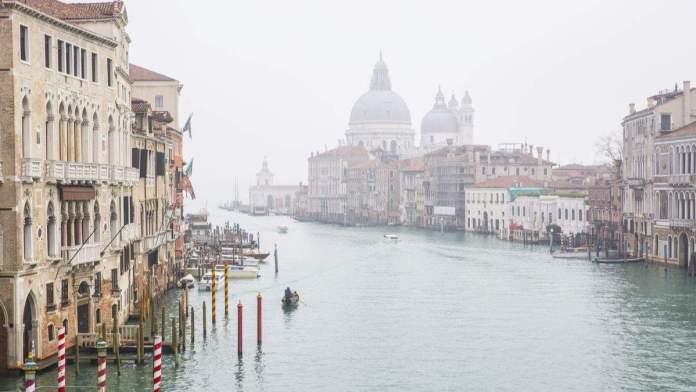 Vista sobre o Grande Canal no nevoeiro do inverno, Veneza Itália.