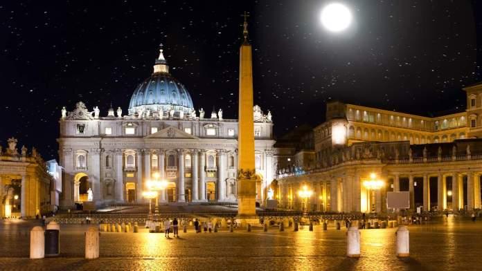 O céu estelar sobre a Praça de São Pedro, em Roma - Itália